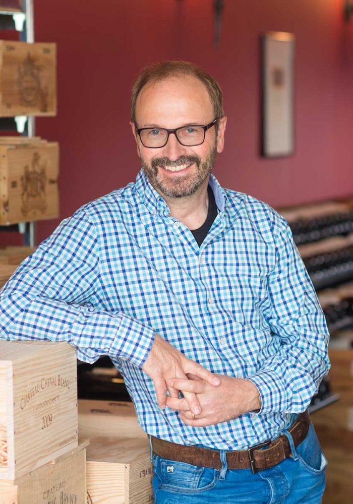 Adrian Winkler neben Weinkiste