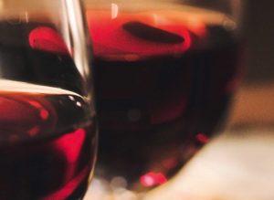 Weingläser mit Rotwein Nahaufnahme